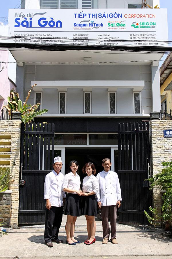 Bếp trường và phụ bếp của Saigon Cook